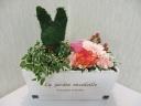 ウサギのトピアリーとミニアレンジのセット【木箱】
