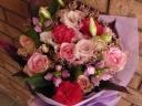 ピンクバラと小花の優しいブーケ