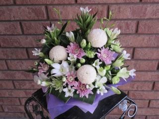 ピンポン菊と季節の小花の御供アレンジ