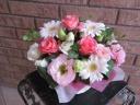 淡いピンクバラとガーベラのキューティーアレンジ