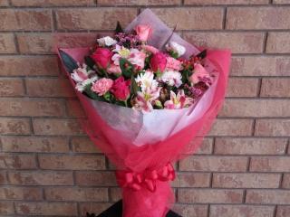 バラと季節の小花の花束(ピンク・赤系)