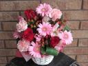 ピンクガーベラと赤バラのアレンジメント