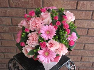 ピンクバラとピンクガーベラのラブリーアレンジ
