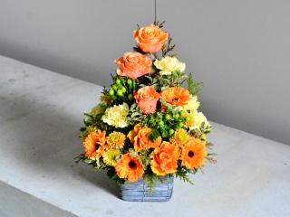 暖かいオレンジ色のアレンジメント