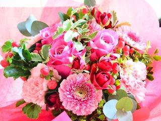 バラとグリーンいっぱいのピンクブーケ