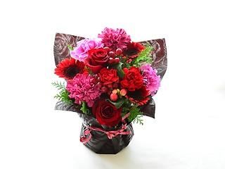 華やかなピンクレッド系の花包み