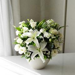 【お供え花】ユリと白いお花で
