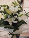 白ユリとグリーンのとてもシンプルな花束