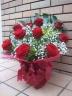 赤バラとカスミ草のアレンジメント