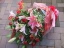 豪華な赤バラとオリエンタルユリのブーケ