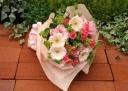 ミニバラとガーベラのピンクの春花束