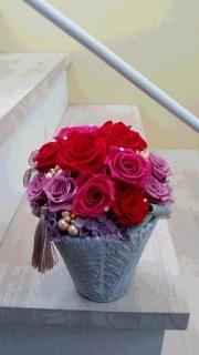 赤とピンクのバラがもこもこ入ったプリフラアレンジ☆