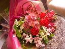 バラとランの華やかな花束