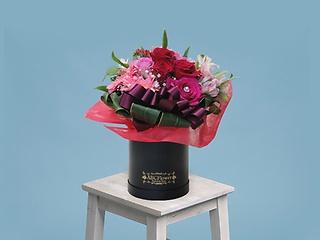 バラと季節の花ラウンドボックスアレンジメント