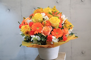 オレンジイエロー系の花空間アーシャお任せアレンジL5