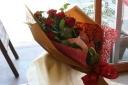 赤バラとアンスリュームの華やか花束
