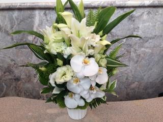 ホワイト・グリーン・胡蝶蘭の御供えアレンジメント