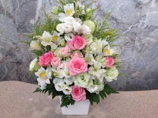 ホワイト・ピンクバラの御祝アレンジメント