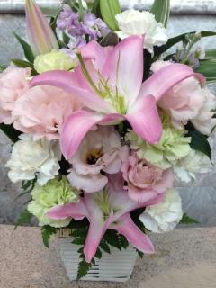 ピンクユリ・洋花の御供えアレンジメント