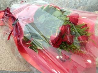赤バラ10本とグリーンを使った花束