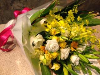 ホワイト・イエローバラの上質花束