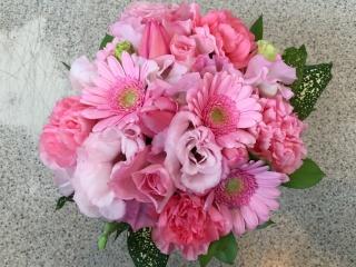 優しいピンクのお祝いアレンジメント