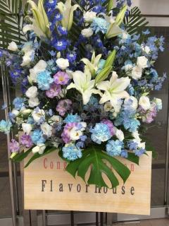 ブルー・ホワイトの上品なスタンド装花(1段)
