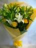 オレンジバラとユリの花束
