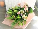 あわいピンクバラとユリの花束