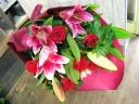 情熱な赤バラとユリの花束
