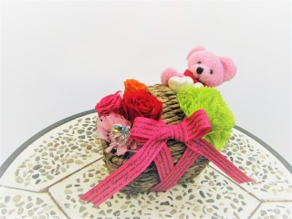 ピンクくまバスケット入り【赤バラ、ライトグリーン】