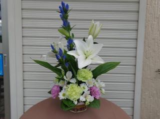 白ユリと季節のお花のお供えアレンジメント