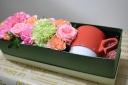 花と波佐見焼のマグをお母さんに・・・赤