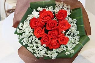 バラと小花の花束