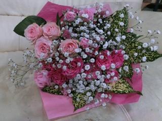 ピンクの薔薇とカスミ草のブーケ