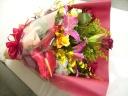 【ピンクのユリとバラの豪華な花束】