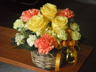 【黄色いバラとオレンジカーネーションのアレンジ】