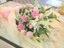 【ユリが入った淡い色合いの花束】