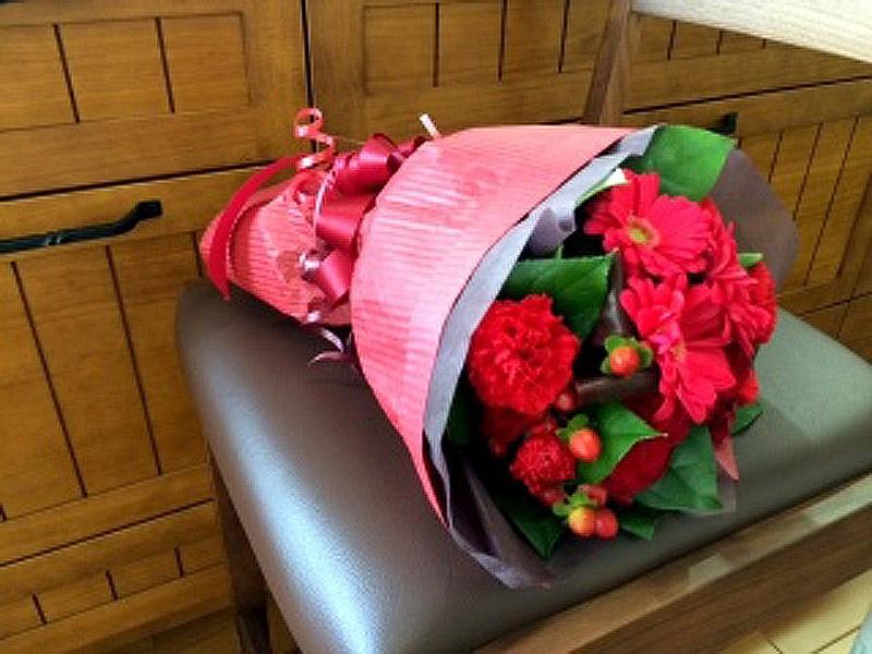 赤バラとガーベラの花束】「Flower shop ラパン