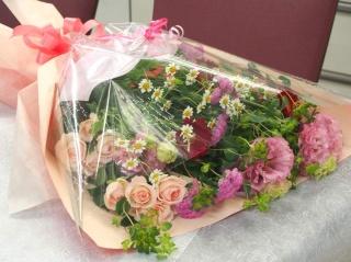 【ピンクレッドのキュートだけど大き目の花束】