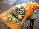 【オレンジベージュのバラとかすみ草の花束】